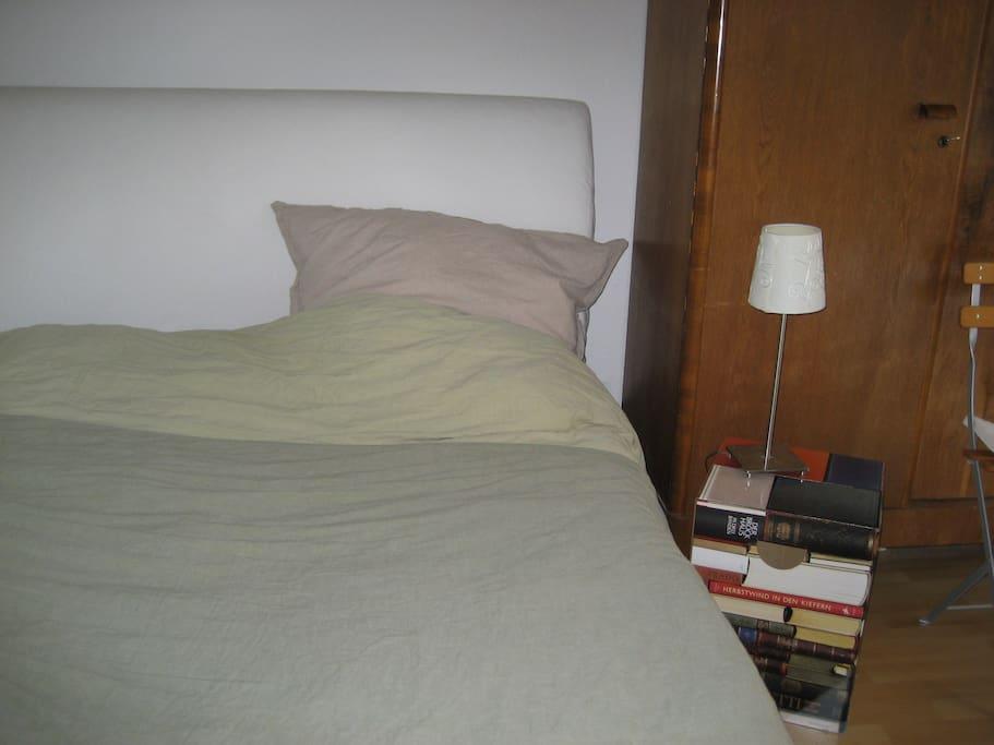 Bett und Nachttisch