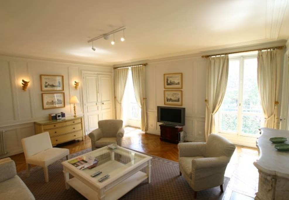 Large Parisian apartment - circa 1850 -  that our family tries to maintain in comfort but keeping its old charm. We hope you'll love it!