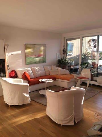 Wohlfühlen in der Nähe von Düsseldorf Ein großzügiges sonniges Apartment mit Weitblick im 7. Stockwerk einer Terrassenbau Wohnanlage am Rande von Kaarst. Auch längerfristig zu vermieten ab Mitte November bis März.