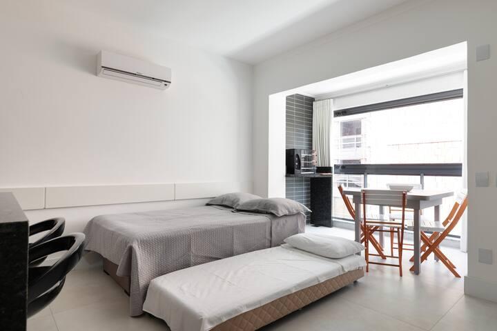 Sala com um sofá-cama de casal e uma cama auxiliar muito confortáveis
