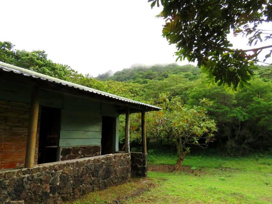 Exterior de la cabaña rústica, donde se puede disfrutar el panorama del volcán San Martín Tuxtla de fondo