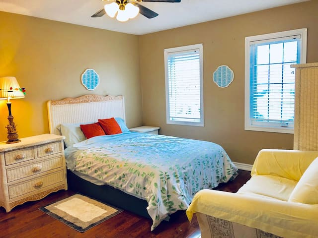Cozy bright suite with private bathroom-Newmarket