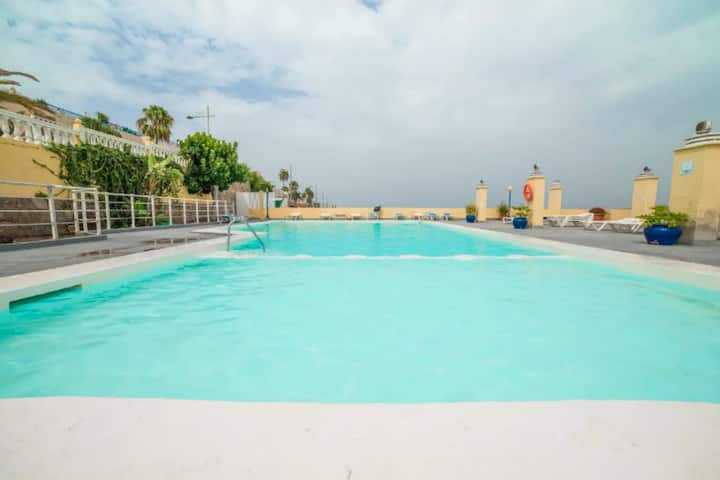 Amadores 6P pool terrace and barbecue by Lightbooking