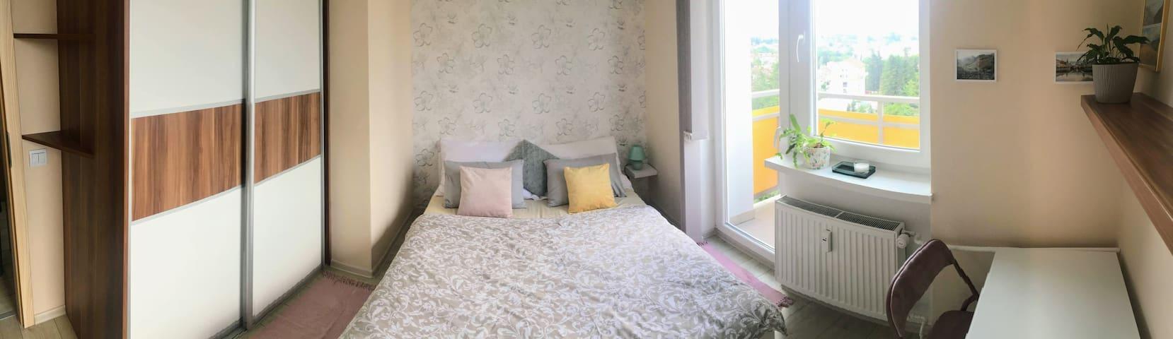 Spálňa číslo 1 (posteľ 160x200cm, vstavaná skriňa, stôl, stolička, balkón)