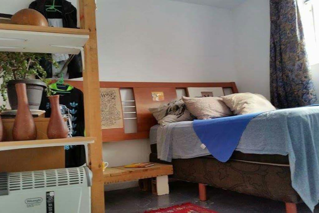 cama matrimonial  con closet  amplio  y repisas