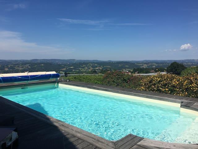 Chambre 2 avec vue sur la piscine et panoramique.