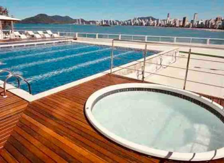 Novo/confortável c/ academia / piscina frente mar