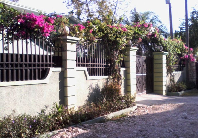 La Rose Bed and Breakfast - Port-au-Prince - Aamiaismajoitus