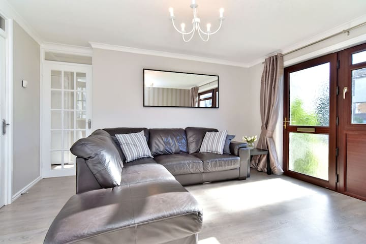 Modern 1BR House - Sleeps 2 - Aberdeen - House