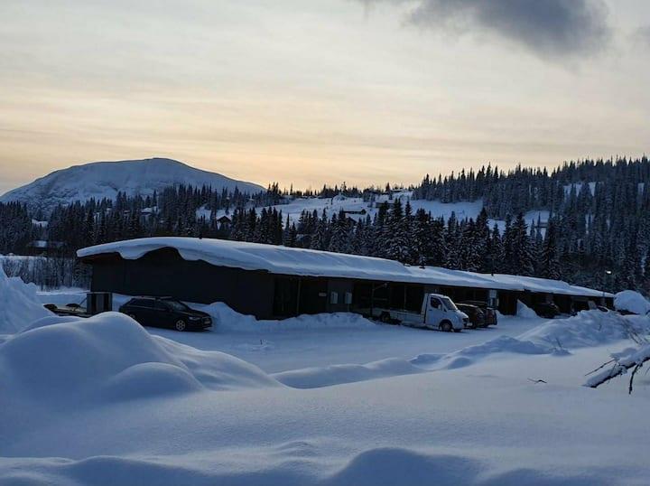 Nybyggd stuga i toppskick vid slalombacken.