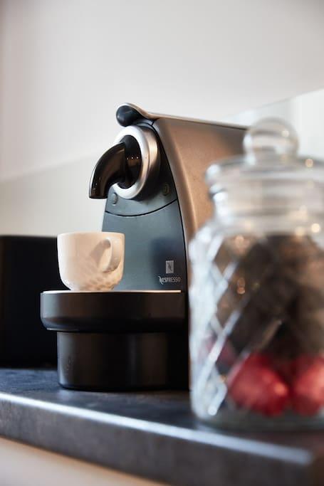 Für den Kaffee am Morgen steht eine Nespresso mit Kapseln bereit.