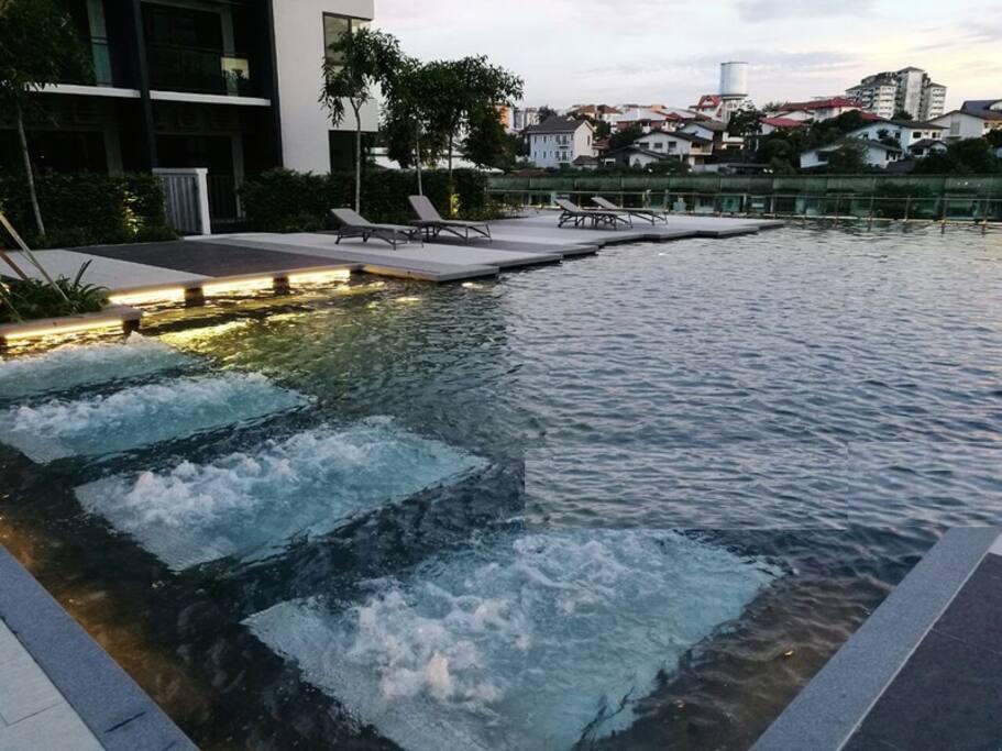 Nice pool with jacuzzi