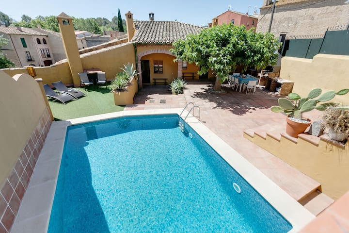 Vista Roses Mar - House with special charm located in Creixell (Borrassà).   It is a ru
