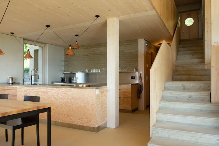 Terrestrische Architektur  mit See und Weitblick