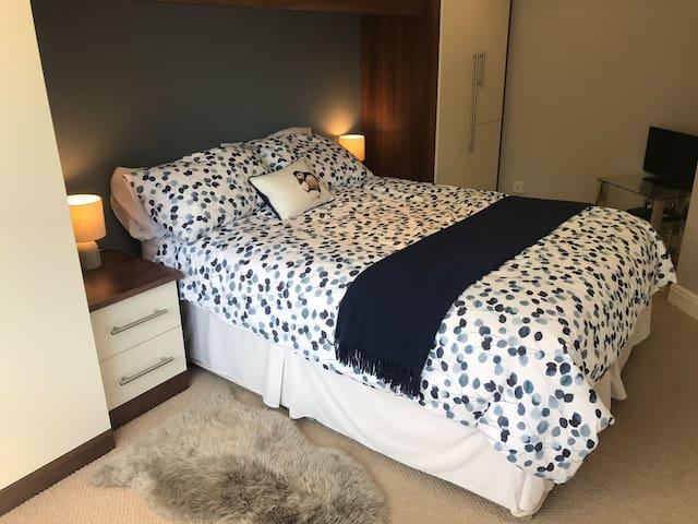Smart room in quiet home, suits professionals