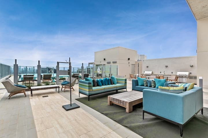 Stunning apartment in medical district w/ a shared pool & fitness center