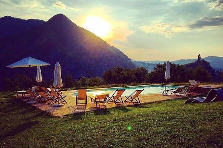 Voormalige boerenhoeve in de Apennijnen met zwembad, schitterend uitzicht.