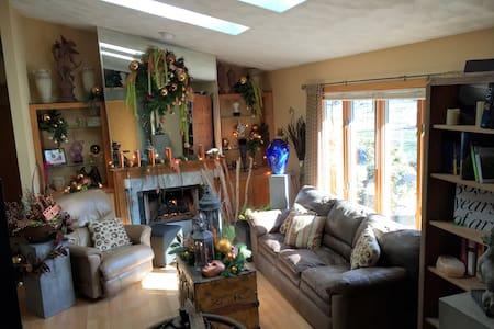 Artist's Home & Woodland Garden - Janesville - Casa