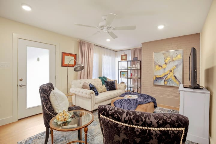 HOME AWAY FROM HOME 1-BD CONDO <15min to downtown!