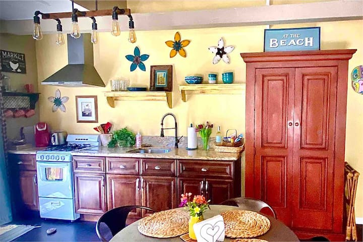 Just Blocks to BEACH! Cozy cottage-lots of extras!