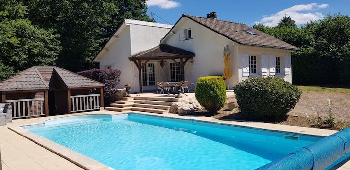 Maison avec piscine privée et étang sauvage