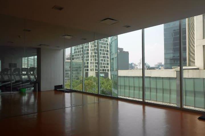 Gimnasio y espacio para hacer ejercicio