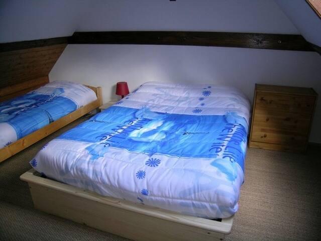 La chambre 1 inclut 1 lit double et un lit simple