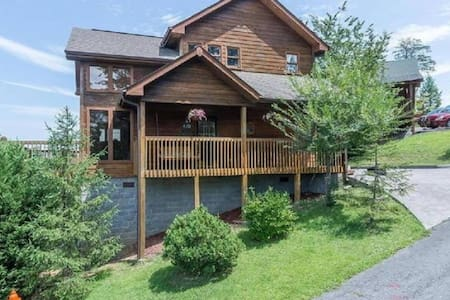 Parkway Paradise 2BR/2BA Sleeps 6 (No Fire Damage) - Pigeon Forge