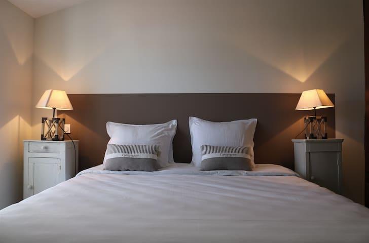Chambre 1 : Lit 180 x 200 cm et rangements.