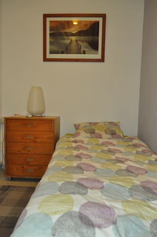 Clean, comfortable room close to the airport.