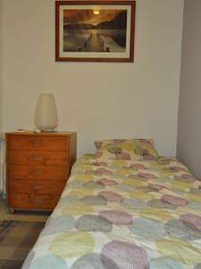 Clean, comfortable affordable room. - El Prat de Llobregat - Apartamento