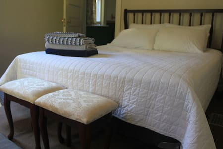 Cute Riverfront room and bath, walk to everything! - Missoula - Casa