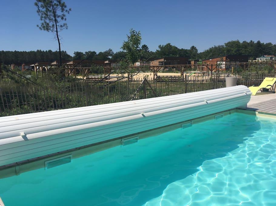 Vue depuis la piscine sur entrée du Parc Casa Lenha