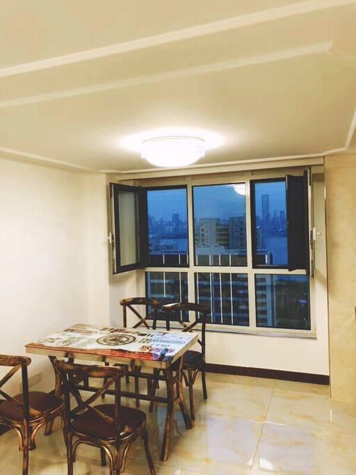 楼下是宽敞的客厅,可以看看书、聊聊天、边观海景边休息,感觉很美的。
