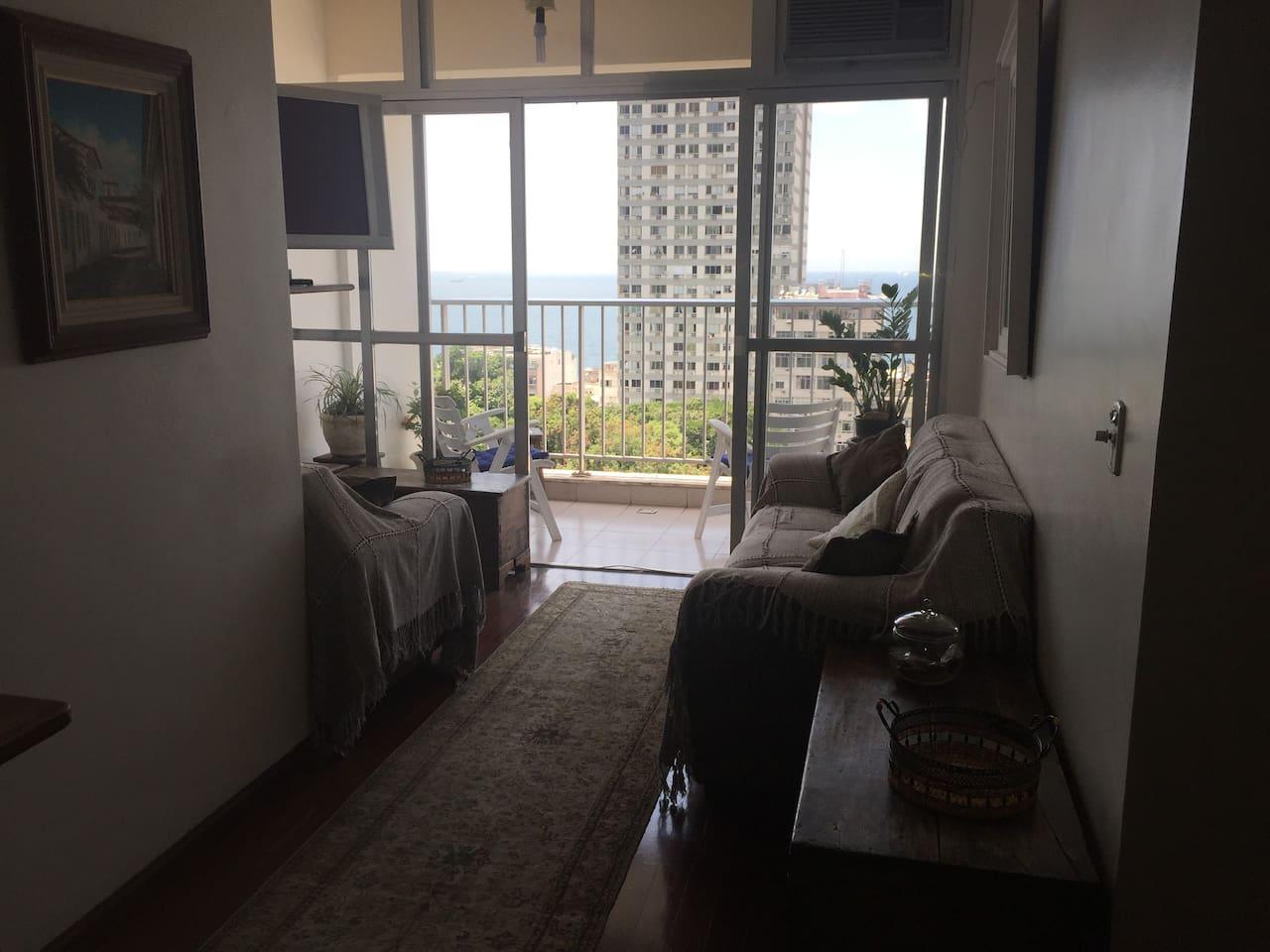 Sala de estar com T.V, Varanda e Vista completa para o Mar Living room with T.V, balcony and the Ocean look out