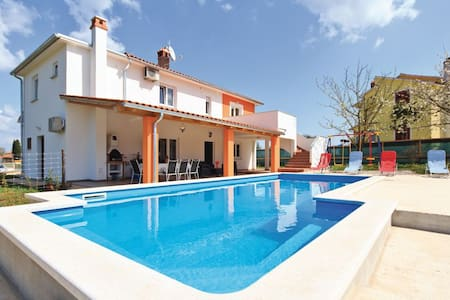 4 Bedrooms Home in  #1 - Frkeci