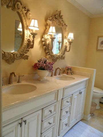 Upper level shared hallway bathroom for Quiet Room, Relaxing Room and Cozy Bedroom