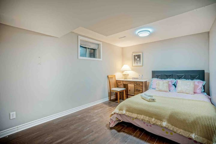 Private bedroom near Sheppard West Subway Station