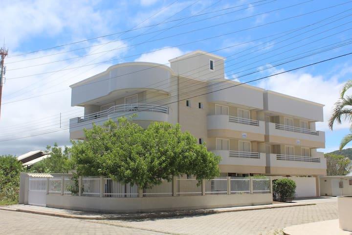 Apartamento térreo Ed. Araúna. Praia de Mariscal
