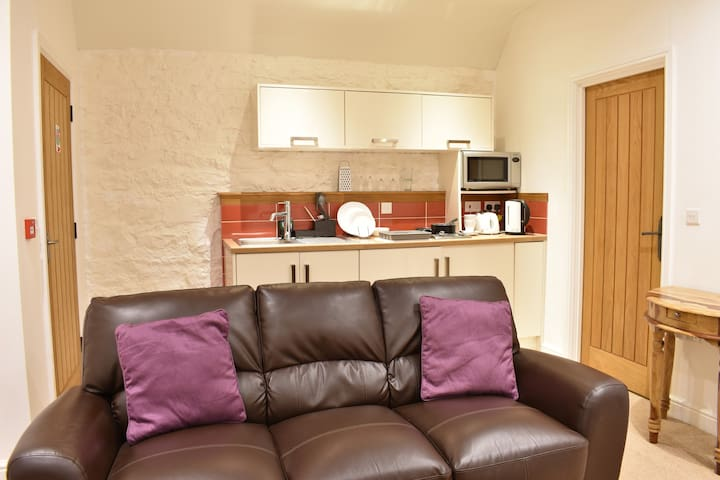 Cosy double suite at the Rock and Fountain lodges with great transport links to Newport and Cardiff
