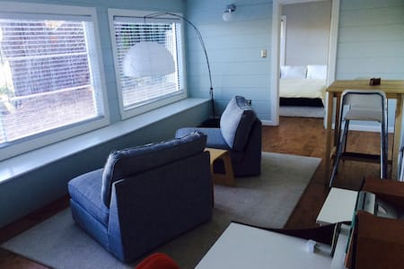 Sunny 1 Bedroom Cottage + Fast WiFi