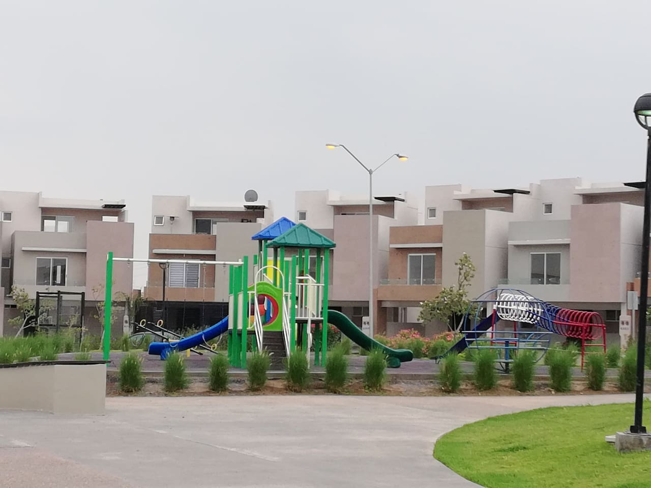 Área común para juegos infantiles dentro de la privada.