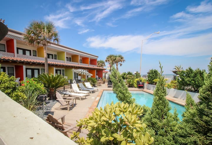 Oceanfront, upscale artist's condo w/ shared pool - dogs OK!