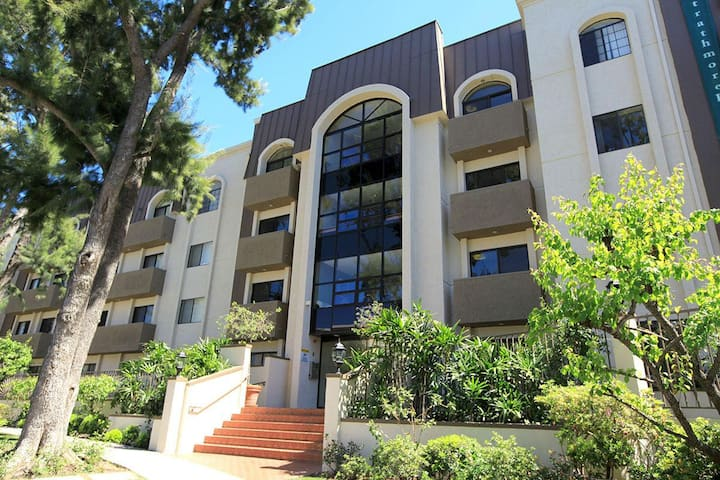 1/1 Walk to UCLA! Westwood Vacation Home w Parking