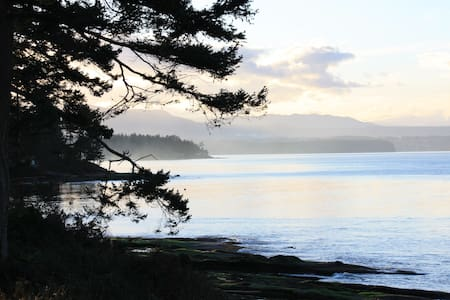 The Last Resort on Berry Point Road - Gabriola - กระท่อม