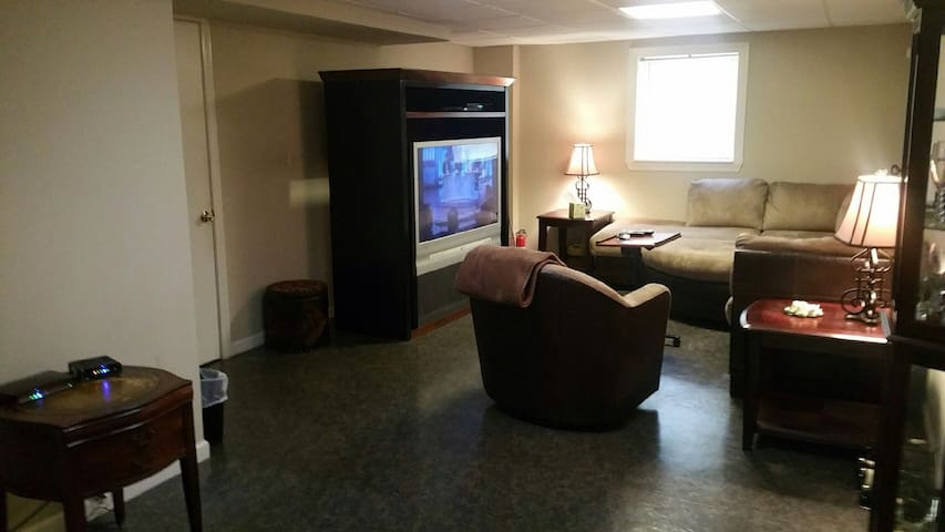 Private Basement Apt 10 to 15 min. from downtown