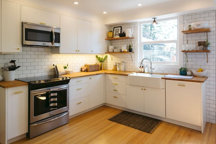 Stylish and Cozy 3 Bdrm Character House - Victoria - Hus