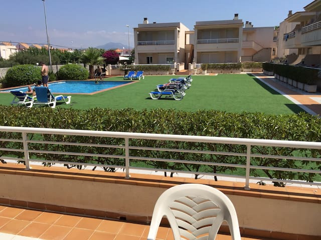 2 bedroom flat next to the sea!