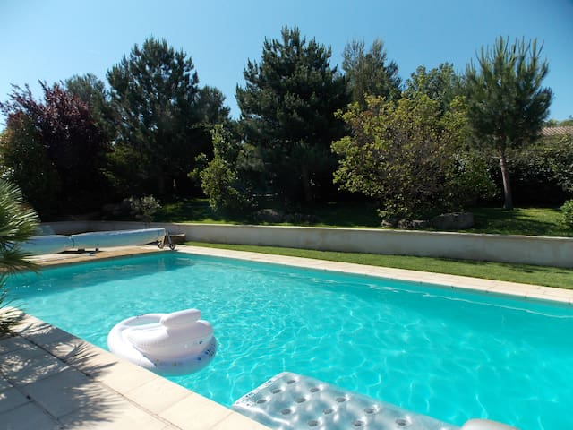 Private room, swimming-pool - Ideally located