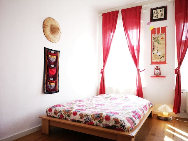 Happy Red Room in Central Cozy Area